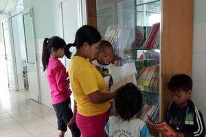 Trao tặng tủ sách hiếu học cho trẻ em vùng cao đón năm học mới