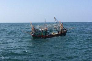 Trục vớt 4 thuyền cá bị lật chìm vào bờ an toàn