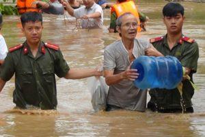 Huy động hàng ngàn lượt chiến sỹ công an giúp dân trong lũ dữ