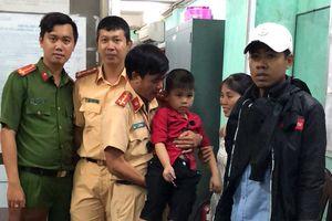 CSGT phát loa tìm gia đình cho bé trai 5 tuổi đi lạc trong đêm bắn pháo hoa