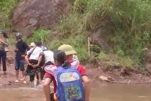 Clip: Rùng mình đường tới trường của thầy trò Sơn La sau lũ