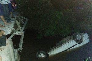Tài xế giơ 2 ngón tay cầu cứu trong chiếc xe chìm nghỉm dưới sông
