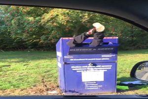Cười té ghế với cảnh người đàn ông cắm đầu trong thùng quyên góp quần áo