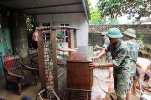 Bộ đội Thanh Hóa giúp dân khắc phục hậu quả sau mưa lũ