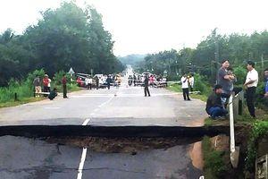 Mưa lớn gây sập cầu ở tỉnh lộ 766 Bình Thuận