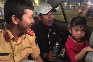 Cảnh sát giao thông ở TP.HCM tìm người thân giúp bé trai 5 tuổi đi lạc