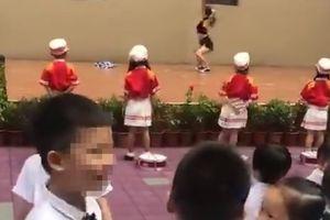 Học sinh mẫu giáo Trung Quốc 'nháo nhác' xem múa cột ngày trong khai giảng