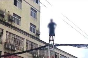 Cụ bà 70 tuổi leo thang, đánh đu trên dây điện như diễn xiếc