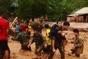 Clip: Bộ đội biên phòng cõng hàng trăm người dân vượt dòng lũ dữ