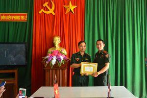 Bộ Chỉ huy Quân sự tỉnh Hủa Phăn tặng Giấy khen cho Đồn Biên phòng Tri Lễ