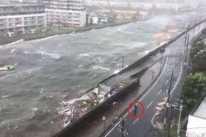 Bão Jebi đổ bộ Nhật Bản: Sóng cuộn đục ngầu, người dân vô tư đi lại