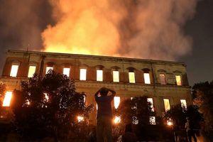 Biển lửa thiêu rụi Bảo tàng quốc gia Brazil 200 năm tuổi