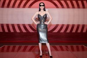 Nữ giám khảo Di Băng khoe thân hình không chút mỡ thừa khi diện đầm body ánh kim đi chấm thi