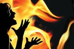 Uất ức, nạn nhân bị cưỡng hiếp châm lửa tự thiêu cả con trai