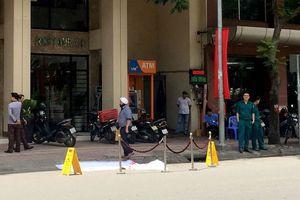Người đàn ông ngoại quốc bất ngờ rơi xuống đất tử vong trước cửa khách sạn