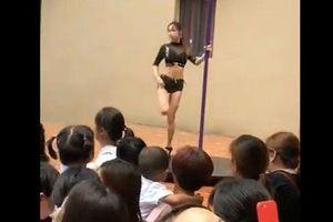 Trường mầm non mời vũ công về múa cột mừng khai giảng