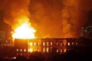 Bất ngờ lý do đằng sau việc bảo tàng Brazil bị cháy rực lửa?
