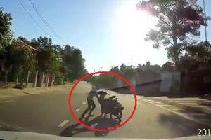 Clip: Áo chống nắng cuốn vào xe máy, cháu bé ngã chúi đầu xuống đất