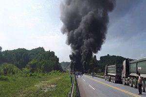 Va vào đuôi xe con, xe tải lao xuống chân cầu nổ như bom