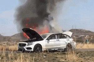 Mercedes-Benz C-Class đột nhiên bốc cháy tại Nam Phi