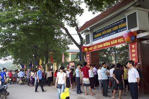 Hà Nội: Trường bị tố 'lạm thu', phụ huynh đứng kín cổng ngóng con ngày khai giảng
