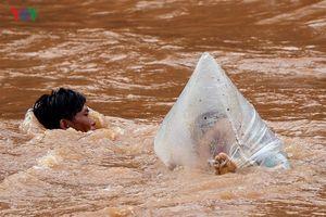 Điện Biên: Vì sao học sinh Huổi Hạ phải chui túi nilon qua suối?