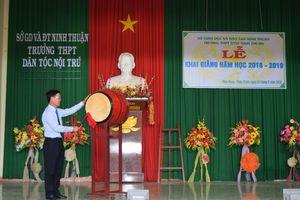 Đồng chí Võ Văn Thưởng, Trưởng ban Tuyên giáo TW gióng trống khai giảng tại Trường THPT Dân tộc nội trú tỉnh Ninh Thuận