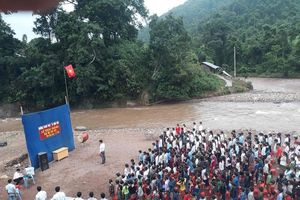 Lễ khai giảng cạnh bờ suối của học sinh vùng lũ Lai Châu