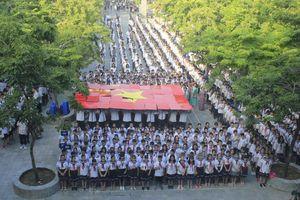 Ngày khai giảng, hàng nghìn học sinh trường Lương Thế Vinh tưởng nhớ PGS Văn Như Cương