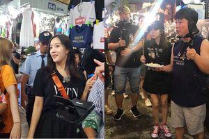 Sao Hàn thích thú khi ngồi ăn ở vỉa hè Sài thành