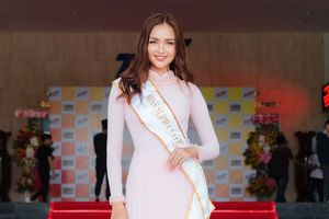Ngọc Châu đeo dải băng Miss Supranational Vietnam 2018 về thăm trường cũ