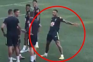 Neymar bất ngờ ăn mừng bàn thắng theo phong cách Ronaldo