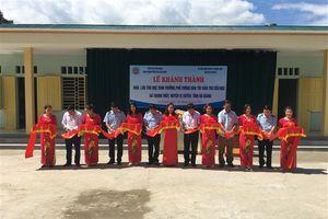 Văn phòng TCHQ và Hải quan Hà Giang tặng quà cho học sinh biên giới Hà Giang trong Lễ Khai giảng