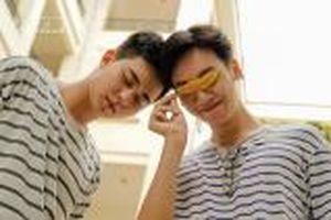 Đẹp như mơ, bộ ảnh tình bạn của hai chàng trai trường Báo gây sốt bởi thông điệp nhân văn
