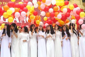 Hotgirl Việt Đức duyên dáng áo dài trắng tinh khôi trong ngày khai trường