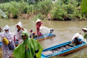 Cà Mau: Học sinh Đất Mũi 'đội mưa' đi đò đến dự lễ khai giảng