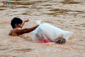 Sốc cảnh học sinh chui túi nilon qua sông dự khai giảng