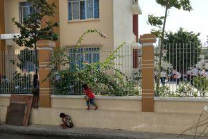 Xúc động hình ảnh 3 bé bán vé số bám hàng rào xem khai giảng