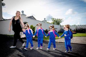 Niềm hạnh phúc khó tả của bà mẹ sinh 4 trong ngày đầu dắt tay con tới trường
