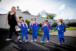 Bà mẹ quyết sinh tư, hạnh phúc dắt tay các con trong ngày khai giảng