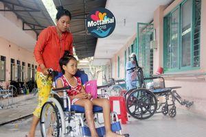 Mẹ rơi nước mắt chăm con gái 8 tuổi liệt 2 chân sau tai nạn