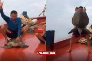 Báo nước ngoài lên án ngư dân Việt Nam hành hạ rùa biển dã man, quay clip khoe trên mạng