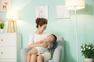 Hoa hậu Jennifer Phạm đẹp rạng ngời, đưa con trai đi đóng quảng cáo