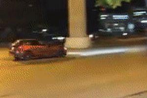 Mazda 3 drift 'cháy lốp' giữa đường phố đông người