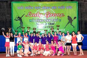Lạ lùng sân chơi quần vợt nữ... tiếp sức