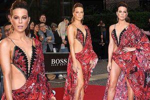 Mỹ nhân 'Trân Châu Cảng' Kate Beckinsale diện váy như áo tắm