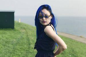 Một Fung La đầy lạ lẫm với mái tóc màu xanh biếc như biển cả