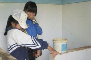 Nhà vệ sinh trường học và nỗi niềm của mẹ khi con gái vào năm học mới