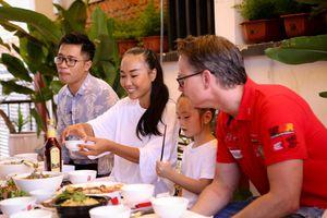 Đoan Trang đưa chồng Tây và con gái về quê Long Khánh