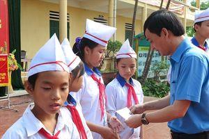 LĐLĐ tỉnh Phú Thọ: Trao 92 triệu đồng và 4.000 cuốn vở đầu năm học mới